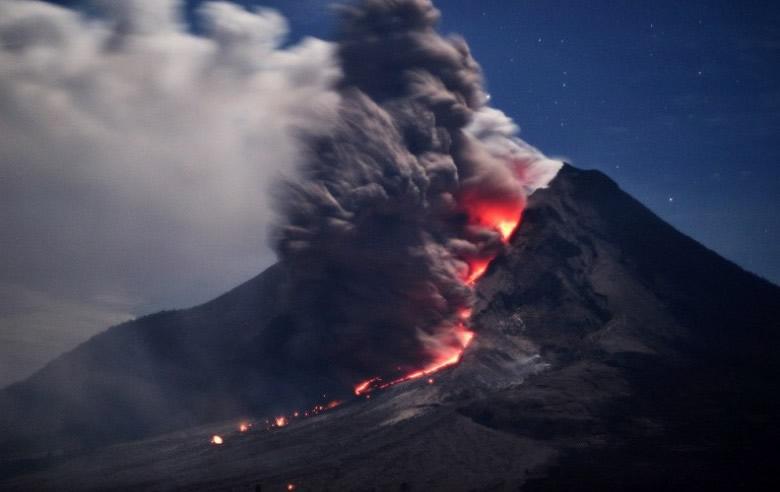 volcan sinabung-lava